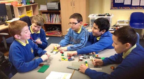 Niños con autismo realizan terapia LEGO
